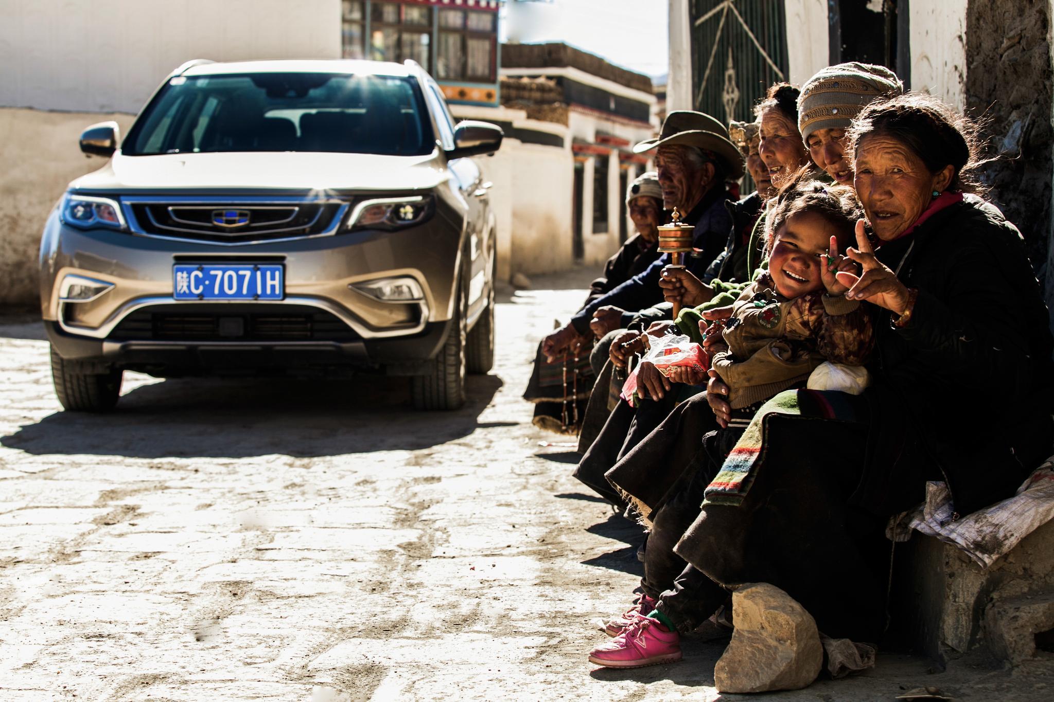 汽车驶过西藏的村庄