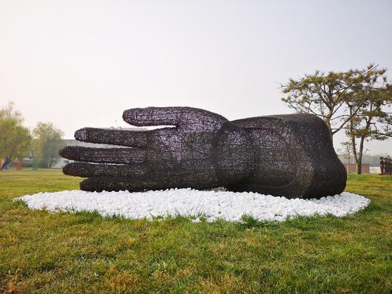 艾松作品 《首掌》410×160×150cm铁刺 钢 2012年