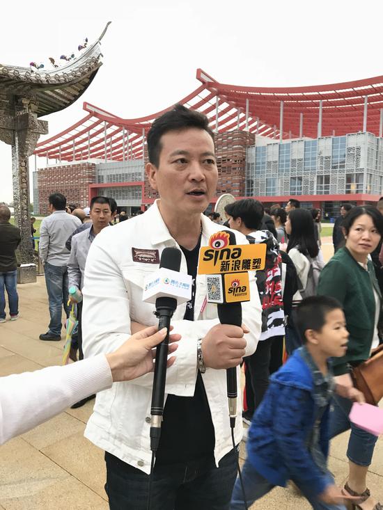 艺术家何汶玦接受采访