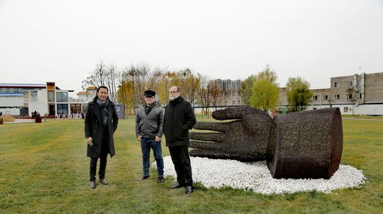 艺术家艾松(中)先生作品 汉威国际艺术馆长张思永先生(左)与墨西哥大使馆法比澳先生