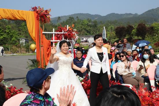 新娘陈茂秀在渝北区红十字会常务副会长陈畅的陪伴下走上红毯。白洁 摄