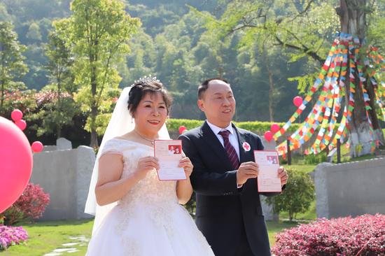 陈茂秀和丈夫晒出红色的结婚证。白洁 摄