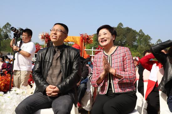 渝北区委宣传部副部长、区政府新闻办主任易仕美(左一)在现场观礼。白洁摄