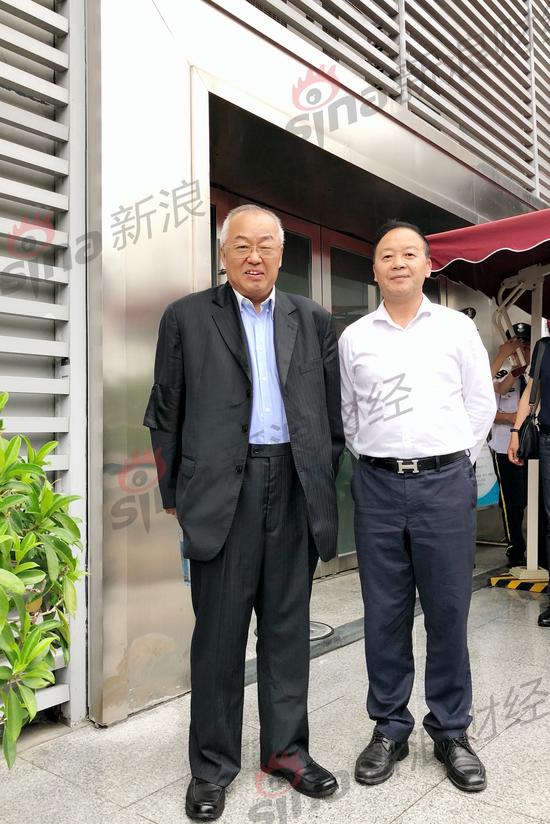 顾雏军和其代理律师陈有西准备进入法庭 新浪法问王茜/摄