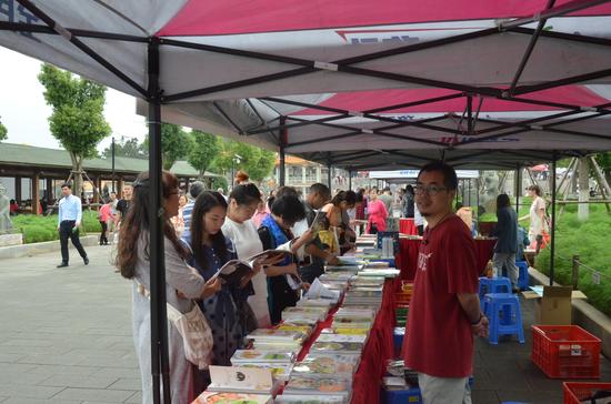 新华书店、外图书城等摊位前挤满了热爱阅读的群众