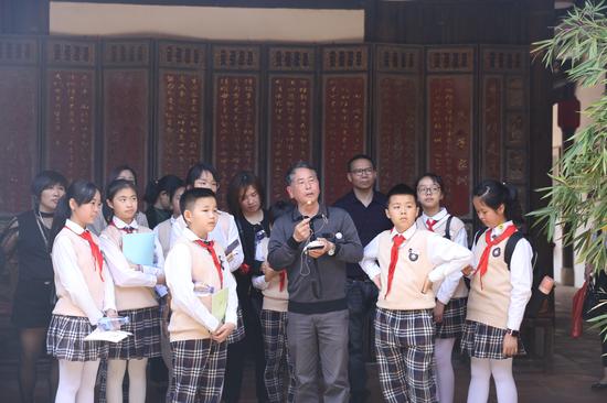 晋江市梅岭街道希信中心小学学生和家长在五店市传统街区参观晋江家风家训馆