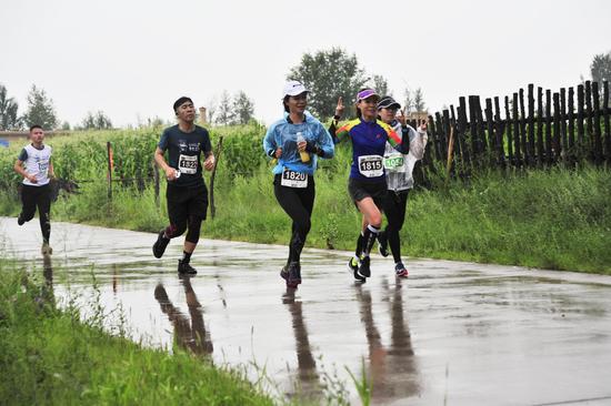 在雨中奔跑前行的村卷