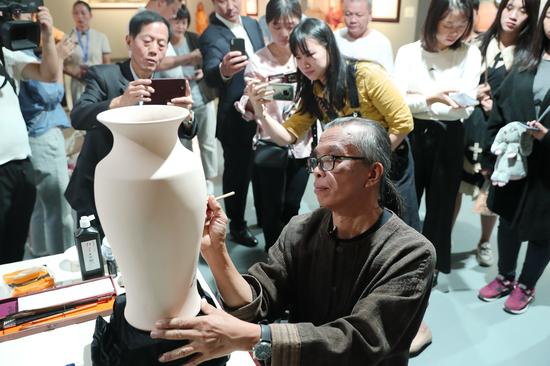 泰国国家级工艺大师PONGLAK现场在素胎上绘制中国画
