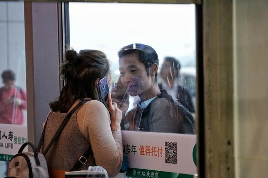 一对旅客在漳州站依依惜别。