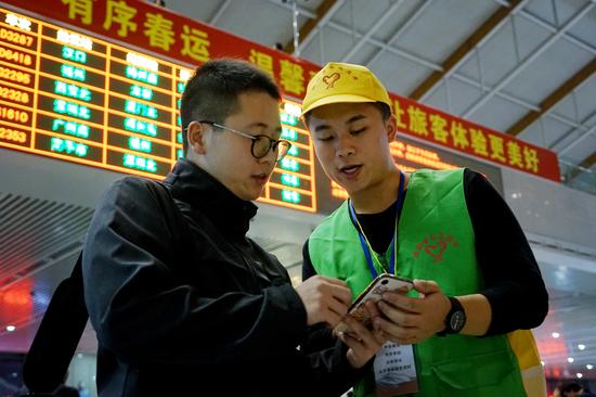 铁路青年志愿者在漳州站开展志愿服务旅客活动