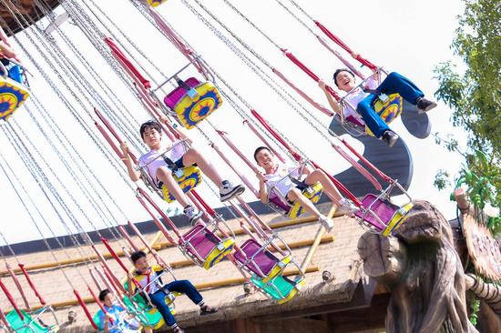 小游客集体乘坐大树飞椅项目