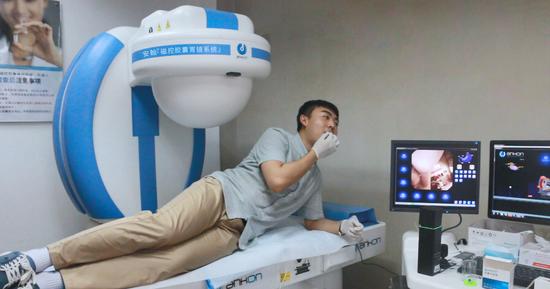 受检者接受无接触式磁控胶囊胃镜检查