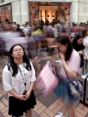 五一访港游客大增 化妆品店被挤爆