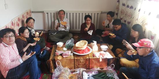 上海作家采风途中,借柯尔克孜族人家的屋子,吃自带的囊。