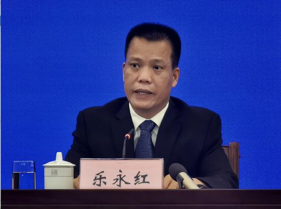 自治区人力资源社会保障厅党组成员、副厅长乐永红在新闻发布会上回答记者提问。