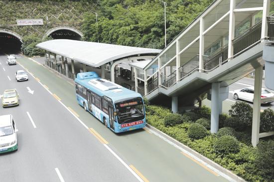 贵阳市首条快速公交(BRT)。 杨光伟 摄
