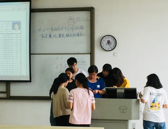 老师利用下课时间与同学们交流