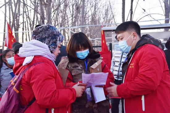 图为工作组正在帮助村民进行选房工作