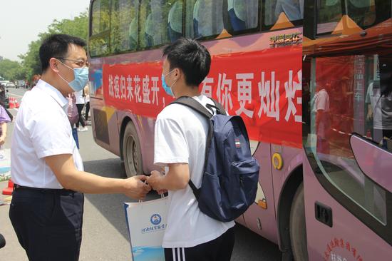 河南经贸职业学院党委书记姚勇为学生送上防疫大礼包