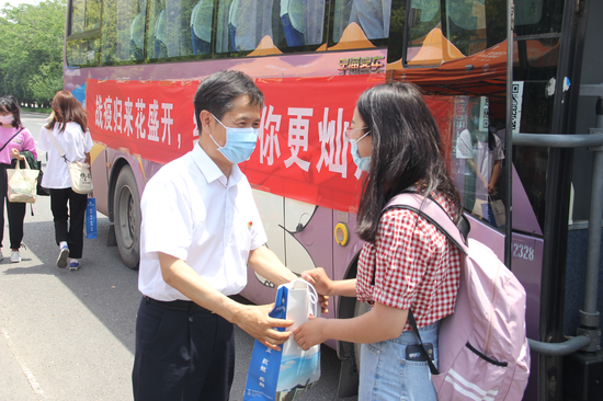 河南经贸职业学院校长王新庆为学生送上防疫大礼包