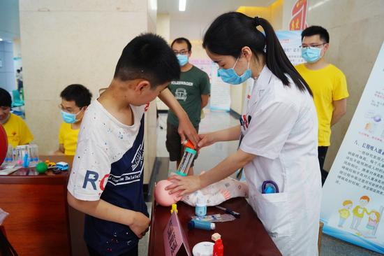 儿童呼吸科的医生护士们手把手教哮喘患儿如何选择吸入装置,介绍各吸入装置的正确使用等。