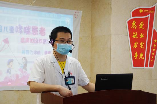 """早上十点,儿童呼吸一区主任张碧清宣布""""世界哮喘日""""公益活动正式开始。"""