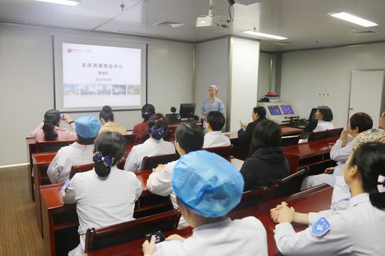 消毒供应中心护士长唐湘红通过PPT向大家介绍了消毒供应中心的建筑布局要求、设备设施配置情况、工作量情况、人员配置情况及要求以及工作流程和质量控制等方面的内容。