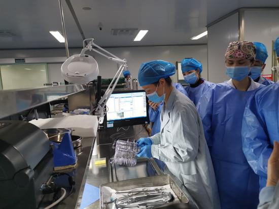 科室主管护师吴轶群还为大家示范了手术器械的摆放要求及包装过程。