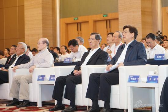 两岸企业家峰会大陆方面理事长郭金龙(右一)