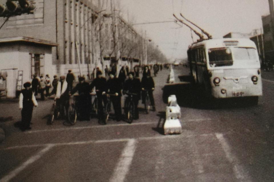 """""""大辫子""""车是上世纪80年代长春人出行常坐的无轨电车的代称"""