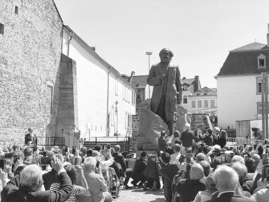 5日,中德两国代表共同为马克思雕像揭幕。冯雪珺摄
