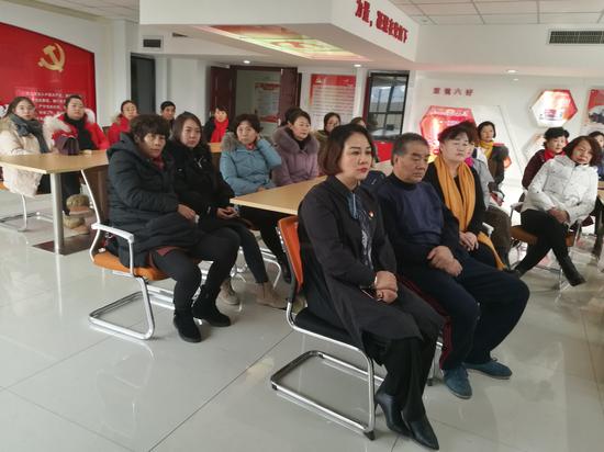 上海西路街道逸馨苑社区组织居民观看宁夏两会直播