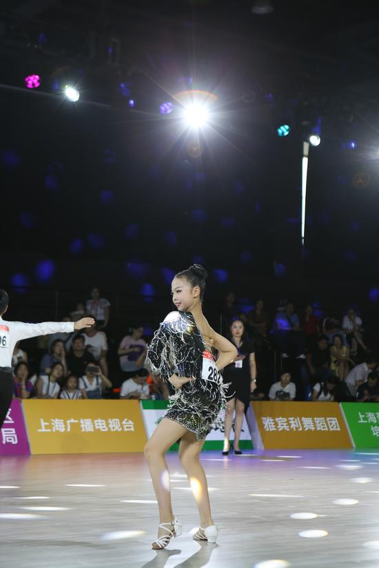 荧星杯国际少儿体育舞蹈公开赛举行 今年推出两大课程