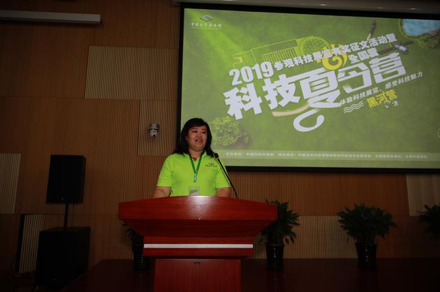 教师代表潘霞在开营仪式上讲话