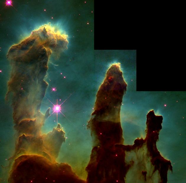 """图为用于研究鹰状星云中恒星形成情况的""""创生之柱""""原始图片。由于参与拍摄的四台照相机之一专负责拍摄放大图像,在合成时为适应其它图片大小,又进行了缩小处理,因此右上角留下了黑色的一块。"""