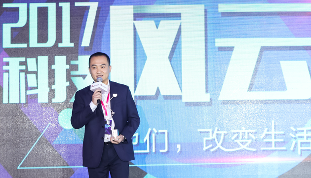 华为消费者业务大中华区公关总监韩鹏领奖。