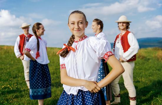 穿戴波兰传统服饰的年轻人