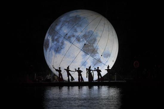 舞者演绎嫦娥奔月