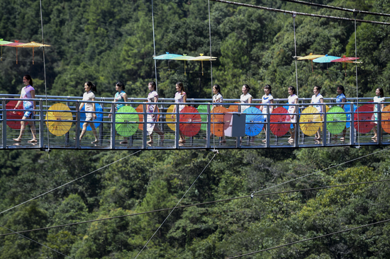 旗袍爱好者在玻璃桥上走秀