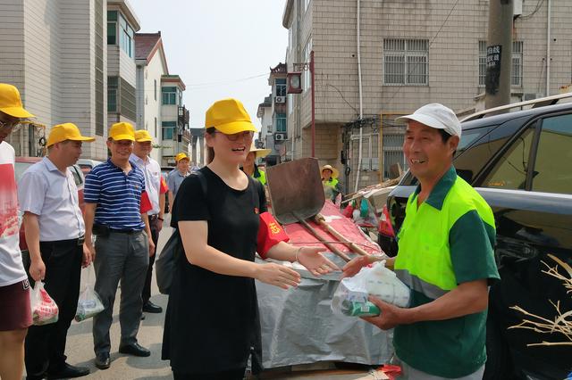"""梅村街道开展""""两新""""党员送清凉志愿服务活动"""