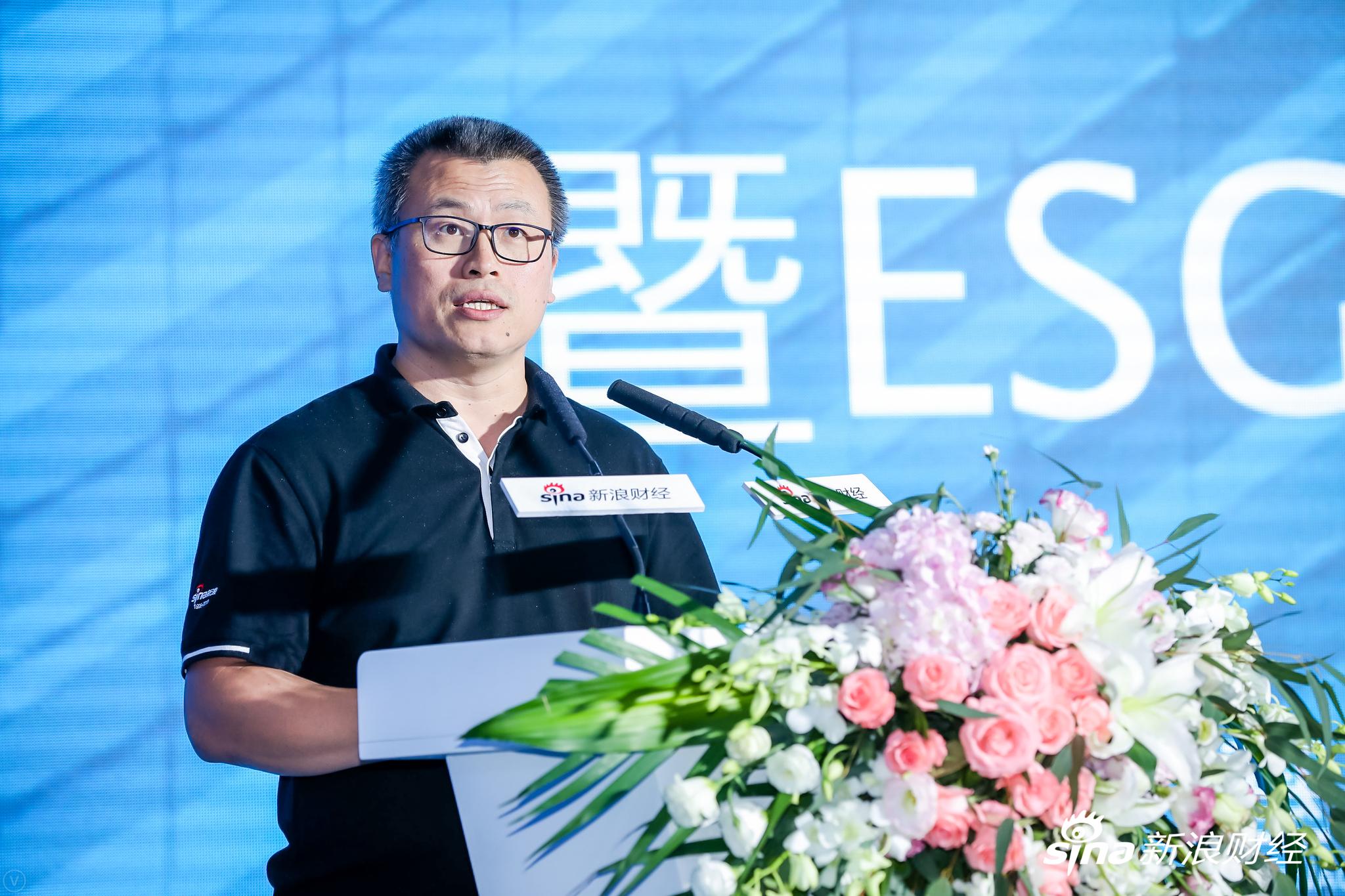 新浪网高级副总裁邓庆旭发表主办方致辞。(?#35745;?#26469;源:新浪财经)